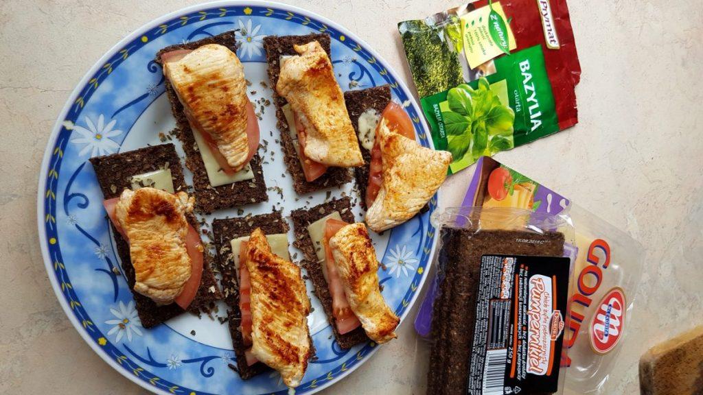 Zapiekanki z chleba pumpernikiel z indykiem na ZDROWO