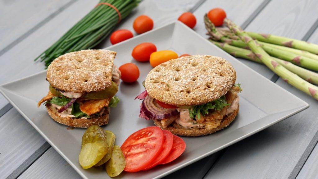 FIT Burger owsiany z indykiem i sosem