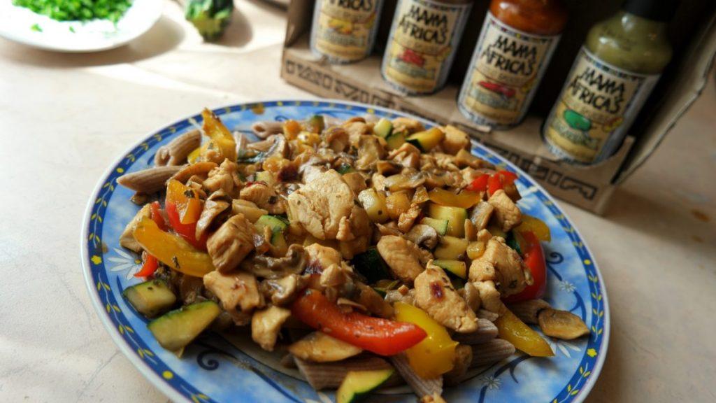 Makaron z kurczakiem i warzywami w sosie sojowym