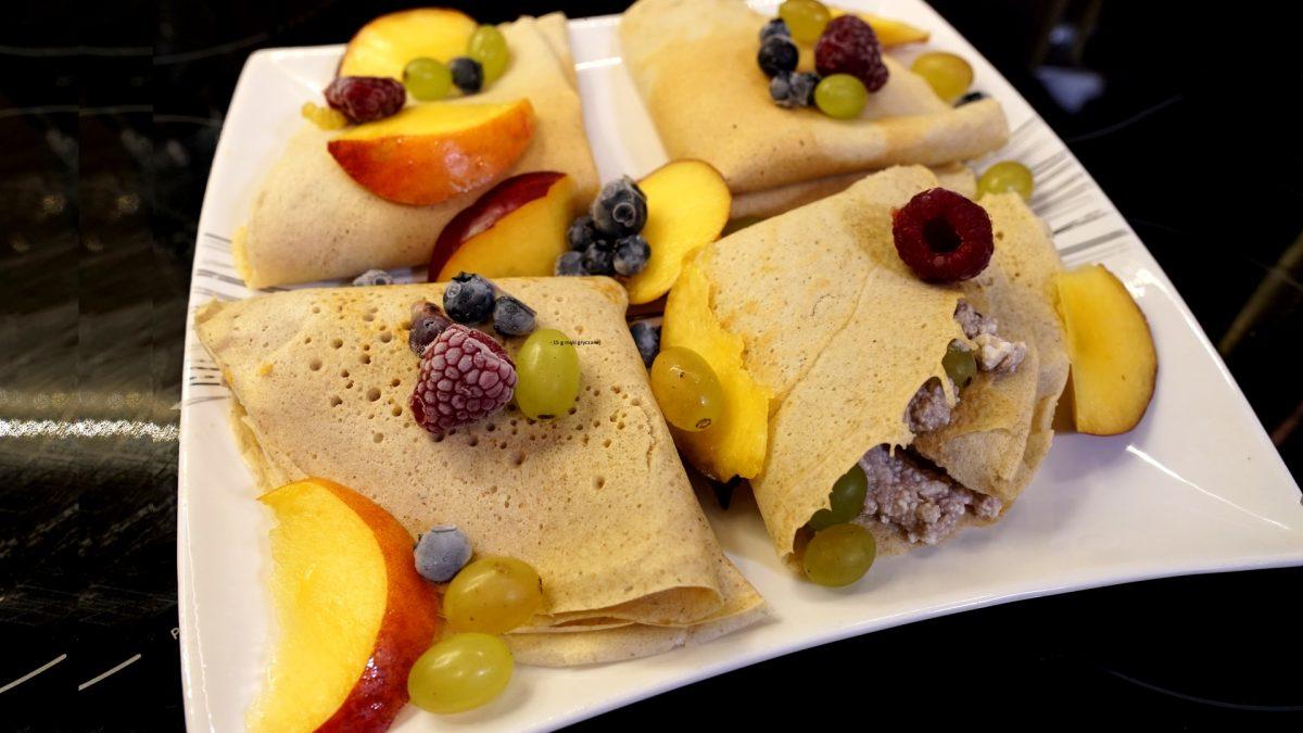 FIT Naleśniki z owocami i polewą czekoladową